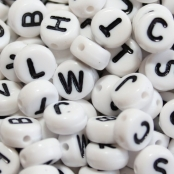 500 Buchstabenperlen Weiß/Schwarz 7x4mm