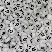 50 Weiß/Schwarze Buchstabenperlen ( R )