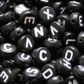 250 Buchstabenperlen Schwarz/Weiß